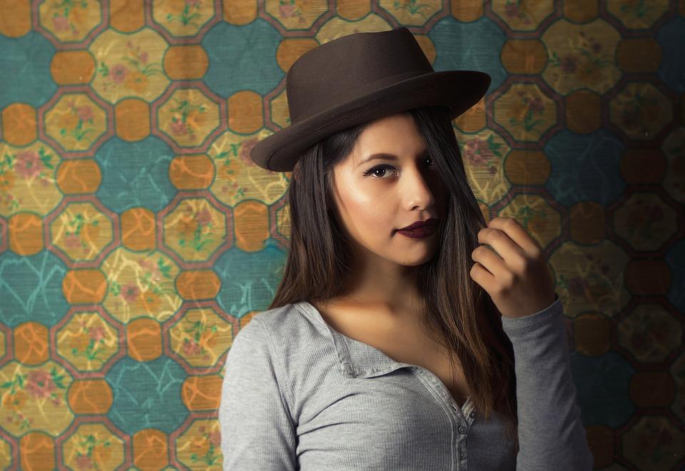 Chapeau, foulard, sac à main : comment donner du style à sa tenue ?